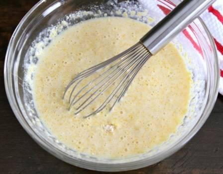 Всыпать кукурузную муку, перемешать. Оставить на 10-15 минут для набухания, после чего, постоянно помешивая, небольшими порциями добавить пшеничную муку до получения теста консистенции густой сметаны.