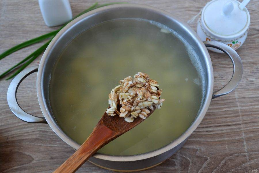 Как только картофель станет мягким (тут время писать не буду, все зависит от сорта картофеля, у меня варится очень быстро, буквально за 5-7 минут уже мягкий), добавьте геркулес. В это же время отправьте в суп нарезанный тонкими пластинами чеснок, он придаст удивительный аромат.