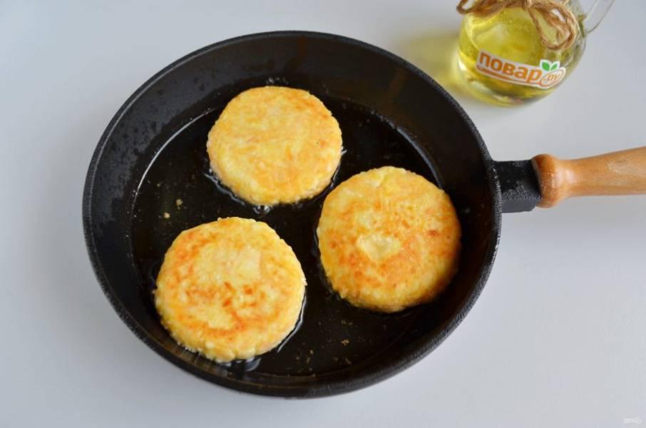6. Жарьте сырники на сливочном или растительном рафинированном масле, огонь средний. Как только появилась золотистая корочка - сырники готовы.