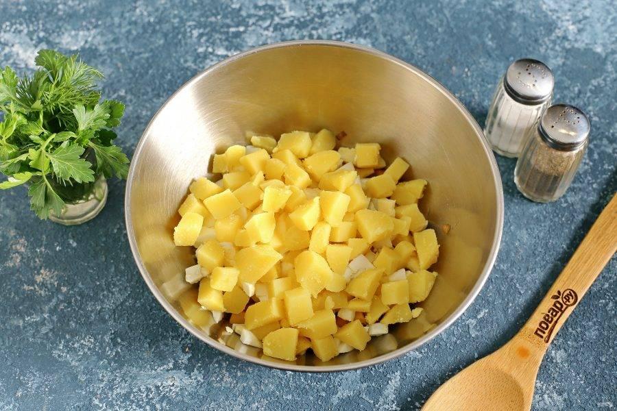 Картофель очистите и нарежьте кубиками.