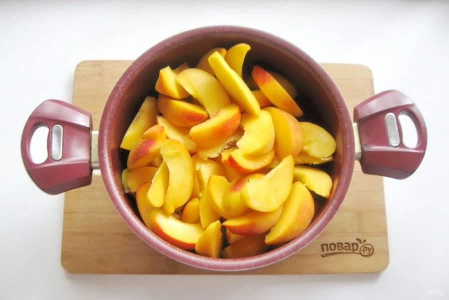 Нарезанные персики выложите в кастрюлю с толстым дном.