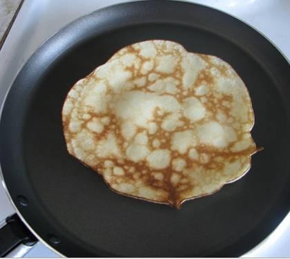 3. Обжариваем блины на раскаленной сухой сковороде с двух сторон.