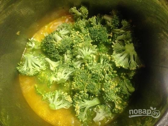 6. Добавляем в кастрюлю брокколи и варим суп минут 5-6.