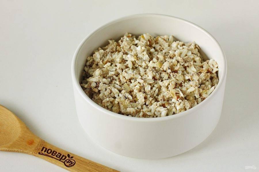 Заправьте салат майонезом, добавьте по вкусу соль, перец и все хорошо перемешайте. Салат из рыбных консервов готов.