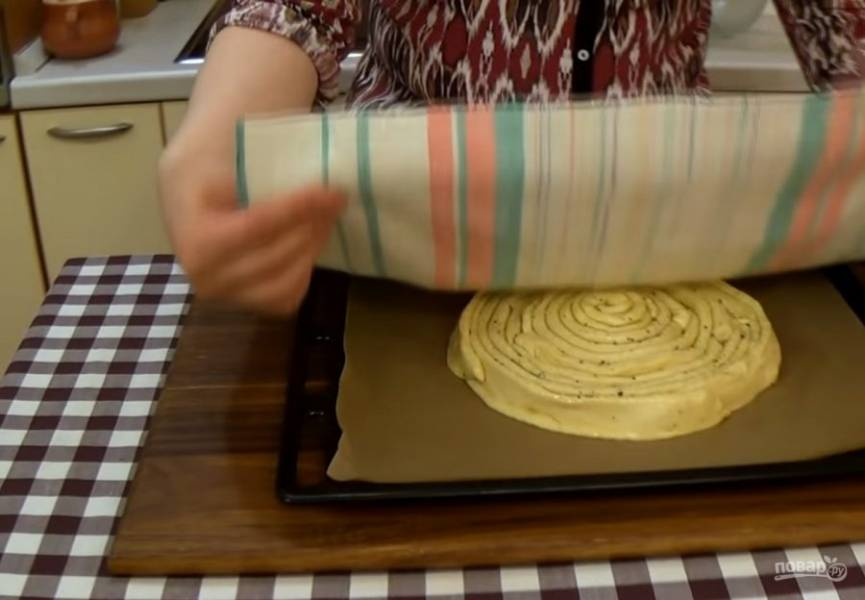 3. Разрежьте на полосы толщиной 4 см и выложите на бумагу для выпечки в виде спирали, но не слишком туго. Накройте хлеб полотенцем и оставьте при комнатной температуре на 30 минут.