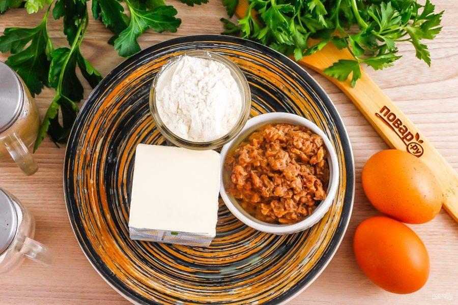Подготовьте указанные ингредиенты. 1 куриное яйцо заранее отварите вкрутую и остудите.