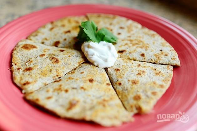 5. Нарежьте закуску и подавайте к столу, украсив сметаной и зеленью.