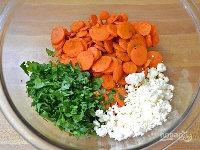6.В миску выложите морковь, измельченную зелень, раскрошите сыр.