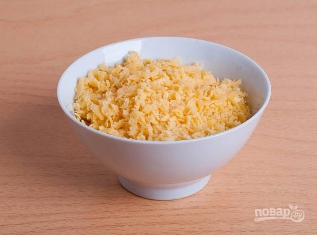 7.Твердый сыр натираю на крупной терке и перекладываю в миску.