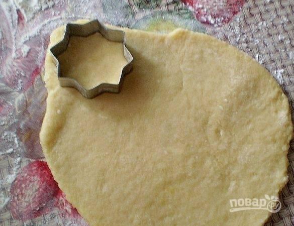Раскатайте тесто в пласт. Вырежьте из него изделия формочкой.