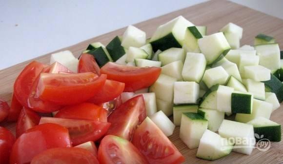 Вымойте цукини и помидоры черри. Нарежьте цукини (можно заменить обычным кабачком), на маленькие квадратики. Черри разрежьте пополам.