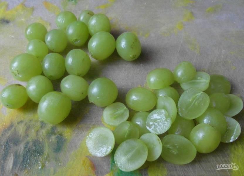 1. Для приготовления салата сразу нужно нарезать виноград и ананас и оставить, чтобы они стекли. Виноград нужно брать небольшого размера и без косточки.