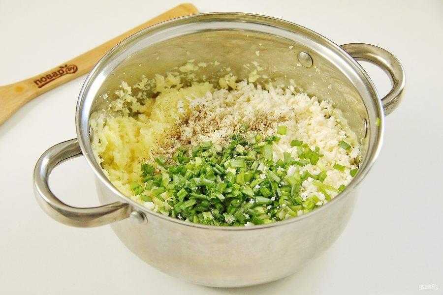 С готового картофеля слейте воду и разомните так, чтобы не было комочков. Добавьте измельченную зелень, тертый сыр и перец по вкусу. Если необходимо, добавьте соль.