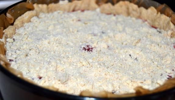 4. Сверху посыпаем миндальной крошкой вперемешку с мукой и сахаром (тут уже по вкусу). Запекаем теперь пирог 35 минут при 180 градусах.