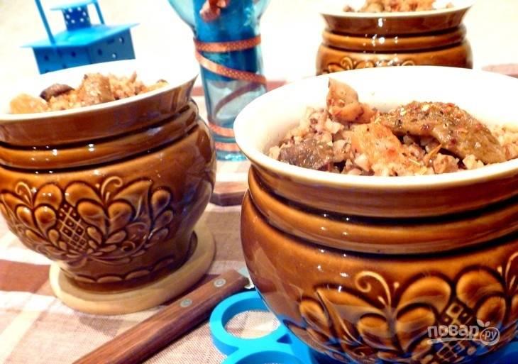 Горшочки закройте крышками и уберите в духовку при 200 градусах на 30 минут. Затем содержимое перемешайте и оставьте горшочки в духовке ещё на полчаса без нагрева. Приятного аппетита!