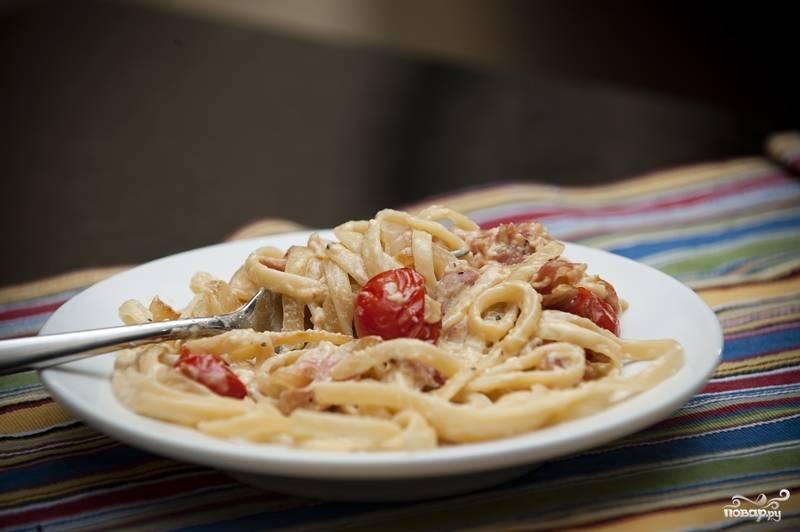 11. Подавайте карбонару с беконом порционно, присыпав тертым Пармезаном.