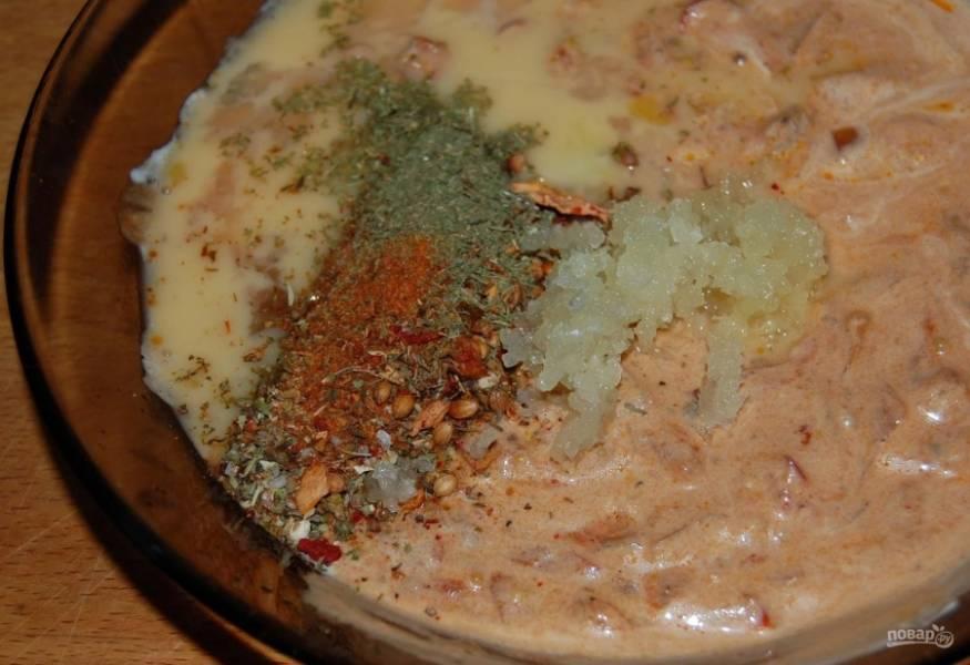 10.Зубчики чеснока чищу и натираю на мелкой терке, добавляю к соусу.
