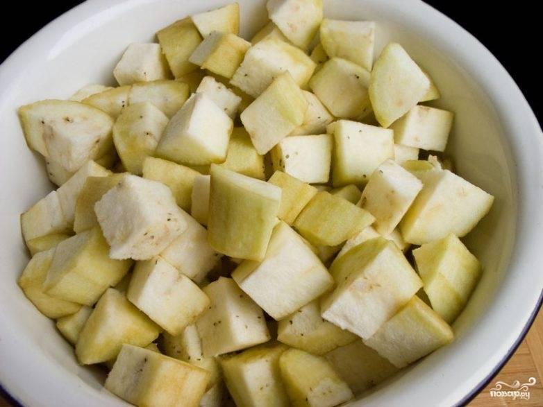 Подготавливаем баклажаны. Чтобы они не были горькими, очищаем их от кожуры, режем кубиками и заливаем рассолом: на 1 л. — воды 1 ст.л. соли. Жидкость должна полностью покрыть баклажаны. Закрываем всё крышкой.
