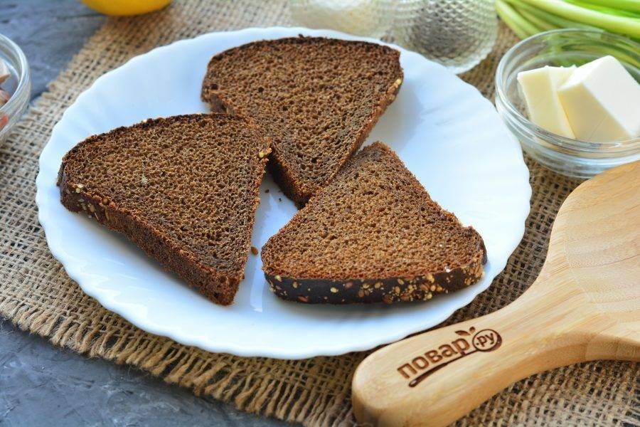 Нарежьте хлеб ломтиками.