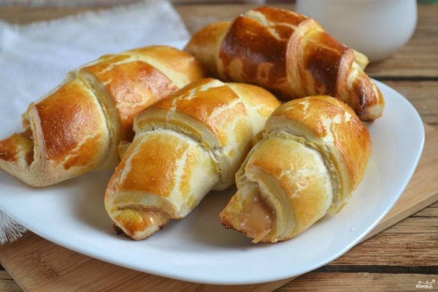 Отправьте круассаны со сгущенкой в горячую духовку на 15-20 минут.