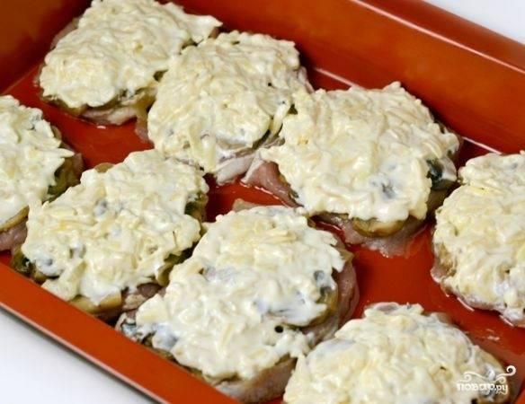 На грибы кладем смесь сыра, сметаны и чеснока, аккуратно распределяем по всей поверхности мяса так.