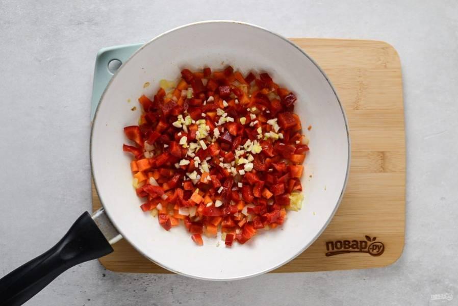 Затем добавьте измельченный чеснок, имбирь и нарезанный кубиками болгарский перец. Обжарьте овощи еще 2-3 минуты, постоянно помешивая.