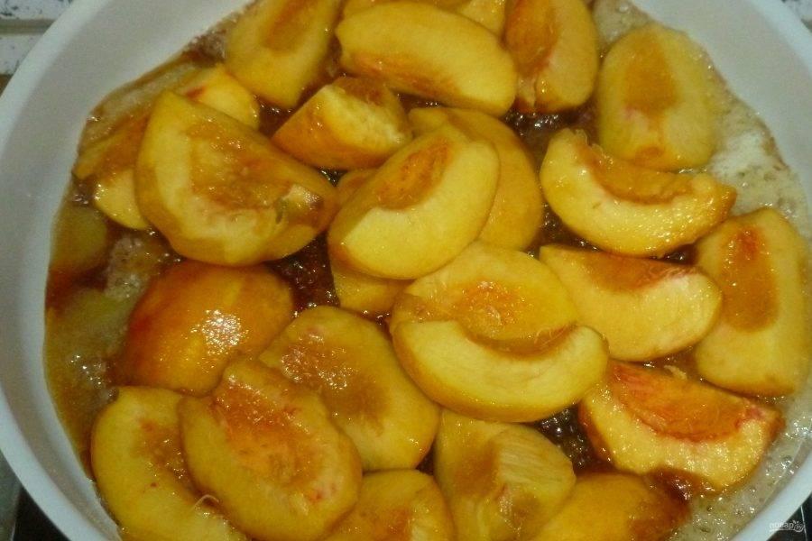 Когда сахар расплавится и станет золотистого цвета, выложите к нему персики, перемешайте и немного выпарите сок. Посыпьте корицей.