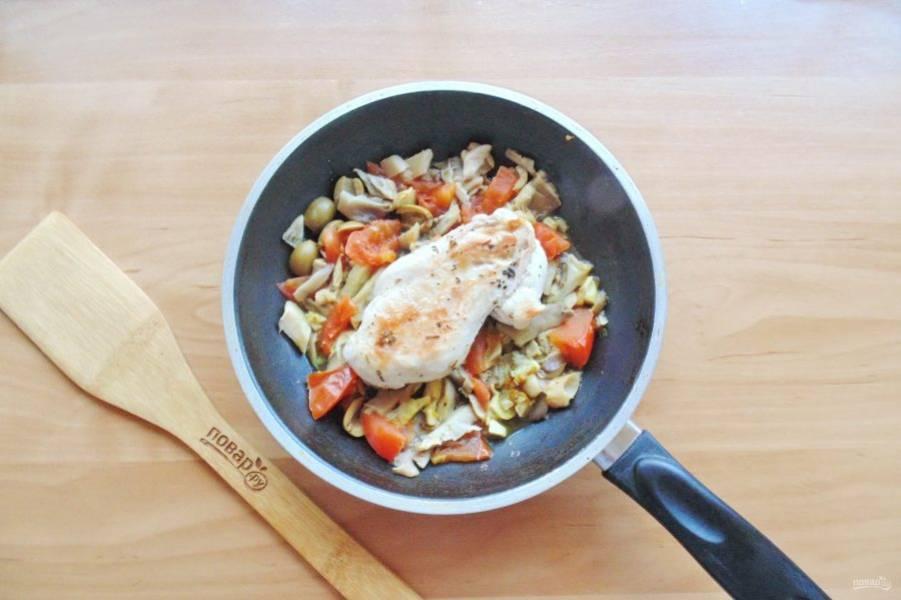 После добавьте куриную грудку. Накройте сковороду крышкой и прогрейте мясо с овощами еще 4-5 минут на небольшом огне.