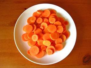 6. Морковку режем тоненькими кружочками.
