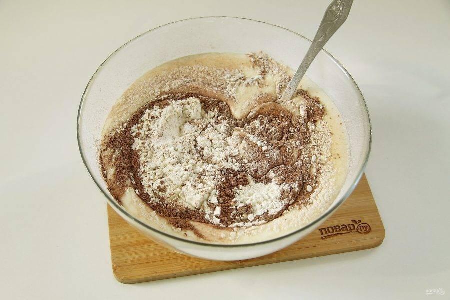 Отдельно соедините какао, муку и разрыхлитель. Просейте и добавьте к тесту.