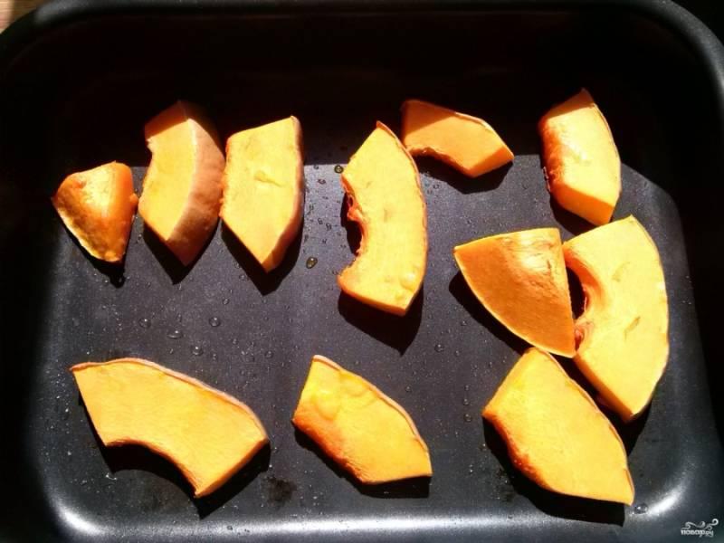В тесто нам понадобится 200 грамм тыквенного пюре. Для этого 400 грамм свежей тыквы порежьте на ломтики и запекайте на противне, слегка смазанном маслом, при температуре 180 градусов около 25 минут.