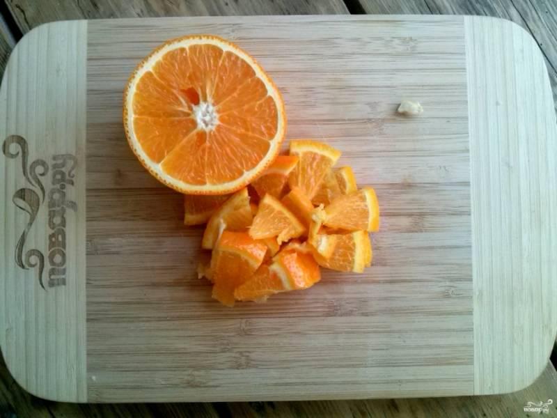 Апельсины тщательно вымойте, обдайте кипятком и нарежьте на маленькие ломтики.