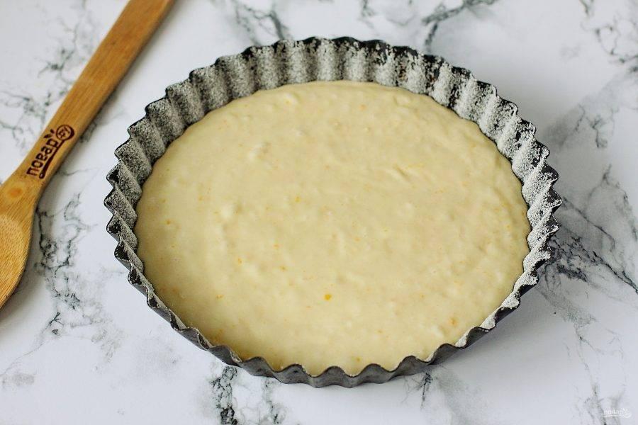 Перемешайте тесто лопаткой движениями снизу вверх и переложите в смазанную маслом форму для выпечки. Дно и бока обсыпьте мукой или манкой.