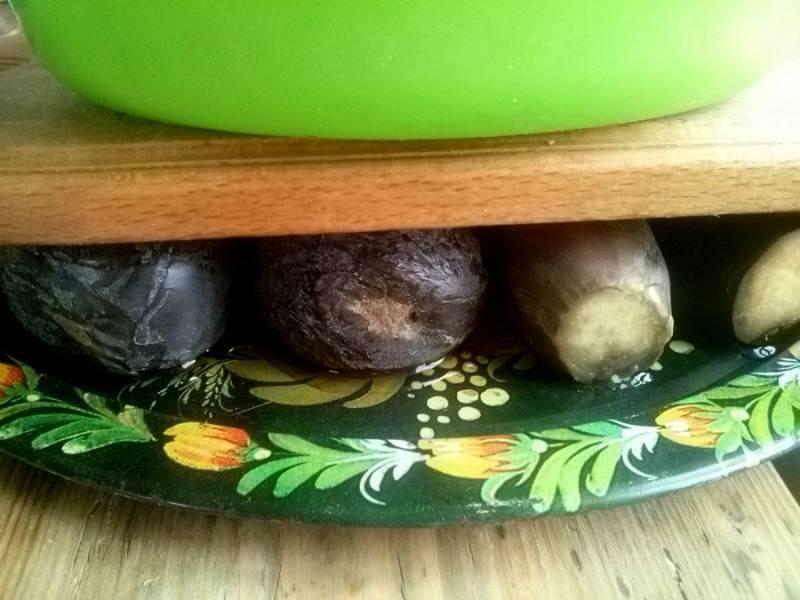 Отваренные баклажаны поставьте под гнет на 3-4 часа, жидкость слейте.