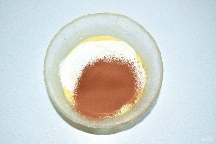 Когда масса будет однородной и воздушной, добавьте просеянную муку и какао.