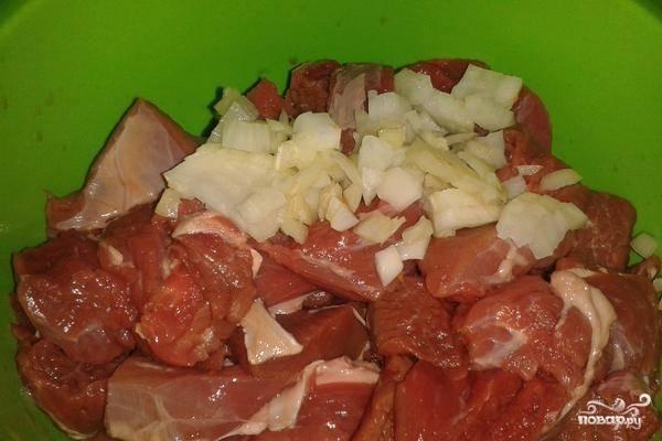 Для начала подготавливаем продукты: лук мелко нарезаем, а говядину режем кубиками стороной около 2-3 сантиметром, перемешиваем.
