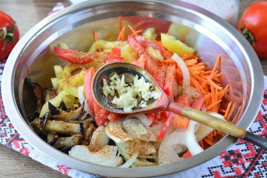 Выдавите чеснок через пресс, добавьте приправу для корейских овощей.