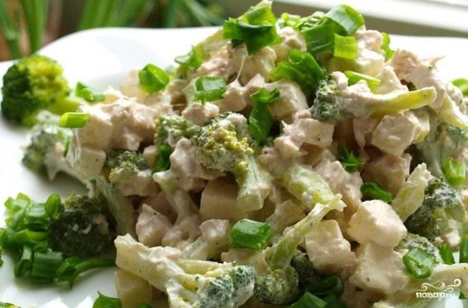 Затем заправьте салат соусом, нарежьте лук для украшения и подавайте блюдо к столу. Приятного вам аппетита!