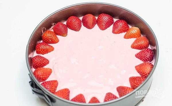 4. После можно по желанию дополнить тортик свежими ягодами.