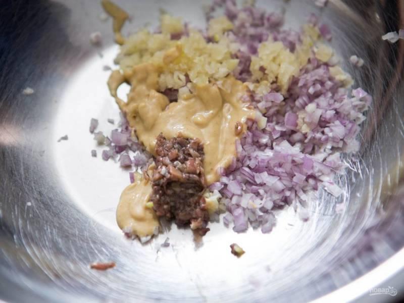 5.Для заправки: мелко нарезаю лук-шалот, выдавливаю зубчик чеснока, добавляю горчицу, измельченные анчоусы, винный уксус, воду. Взбиваю все венчиком и вливаю тонкой струйкой оливковое масло, по вкусу солю и перчу.