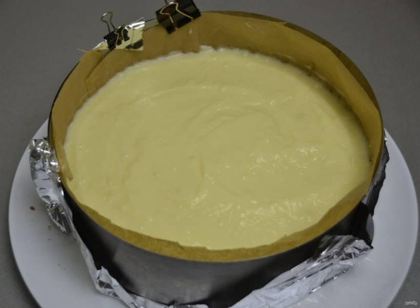 Нанесите на бисквит заварной крем и разровняйте его.