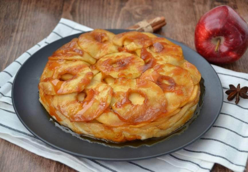 Переверните готовый татин яблочной начинкой  вверх, делайте это аккуратно, так как в процессе выпечки образуется горячий сироп. Уместно подать к татину шарик мороженого. Приятного аппетита!