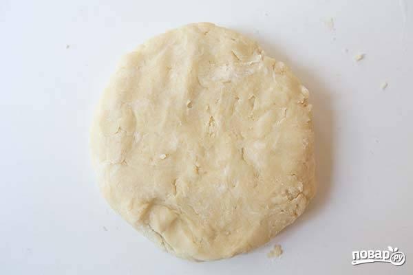2. Вбейте яйца, перемешайте и постепенно вливайте ледяную воду. Тесто должно получиться мягким и не липнущим к рукам. Заверните его в пленку и уберите в холодильник, пока будете заниматься начинкой.