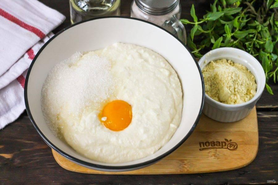 Творог выложите в тарелку, вбейте туда же куриное яйцо, всыпьте сахар и соль. Тщательно все перемешайте.
