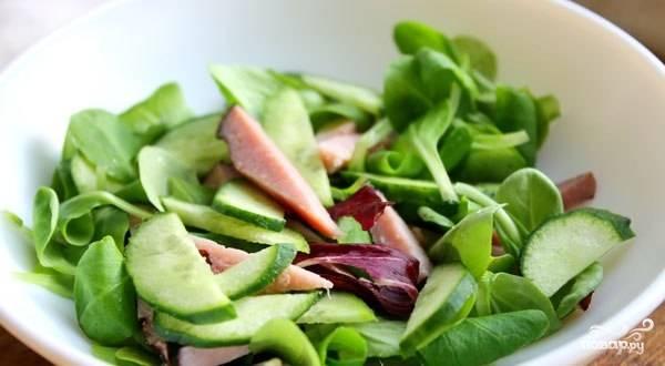 Выкладываем в салатник все ингредиенты для нашего салата, солим и аккуратно перемешиваем.
