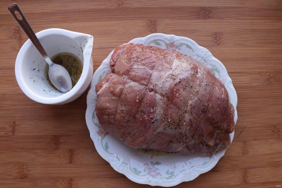 Мясо обвяжите кулинарной нитью и обмажьте приготовленным маринадом.