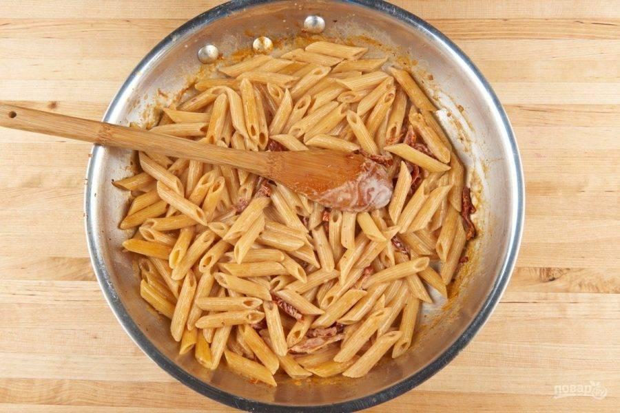 4. Когда жидкость полностью впитается или останется совсем немного, влейте сливки. Доведите их до кипения, затем на среднем огне готовьте ингредиенты 1 минуту, помешивая. В конце добавьте соль.