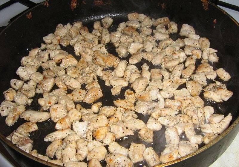 2. Колбасу измельчаем и обжарим на растительном масле. Я просто сняла с нее шкурку, и она сама развалилась на кусочки. Солим и перчим курицу по вкусу.
