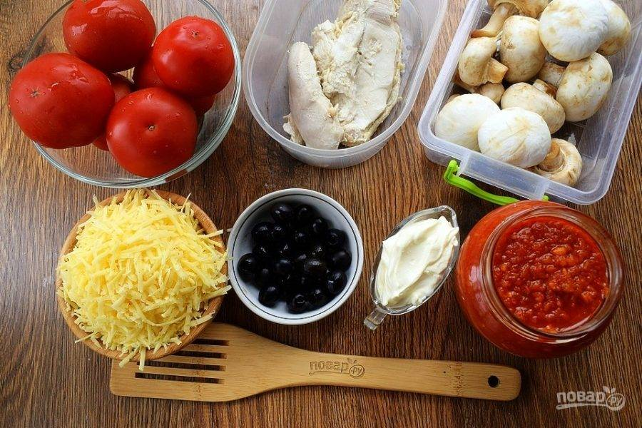 Пока поднимается тесто, подготовьте продукты для начинки. Помидоры и грибы вымойте, обсушите. Твердый сыр натрите на мелкой терке.