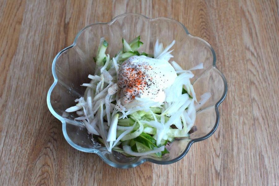 Смешайте язык и огурцы, добавьте хорошо отцеженный лук. Заправьте салат смесью сметаны и майонеза, посолите, посыпьте паприкой и черным молотым перцем. Хорошо перемешайте.